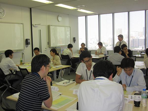 ㈬社内研修:ヒューマンスキルやITスキルの向上を目的に、様々な研修を実施しています。